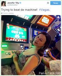 Дженнифер Тилли играет в автоматы